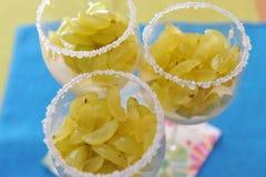 Gehackte Trauben auf Vanillepudding Stockbild