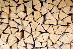 Gehackter Brennholzhintergrund Stockfotos