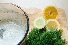 Gehackter Zitronen- und Dillmayonnaisenabschluß oben Lizenzfreies Stockfoto