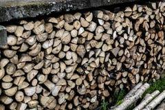Gehacktes Brennholz bereit zur Heizperiode lizenzfreies stockfoto
