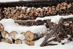 Gehacktes Brennholz im Woodpile Stockfoto