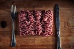 Gehacktes Fleisch auf einem Ausschnittvorstand stockfotografie