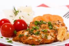Gehacktes Fleischkotelett des gebratenen Huhns mit salzigem Gemüse lizenzfreies stockbild