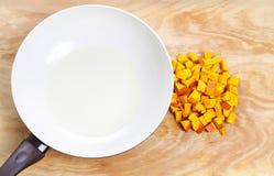 Gehacktes Gemüse und leere Bratpfanne Stockfotos