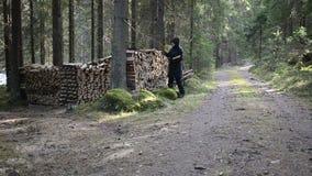 Gehacktes Holz der Frau Versammlung stock footage
