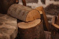 Gehacktes Holz in einem Rhodope-Haus in Bulgarien lizenzfreie stockbilder