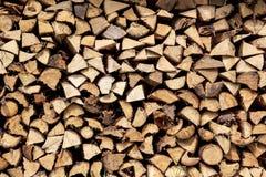 Gehacktes Holz in einem Stapel Stockbilder