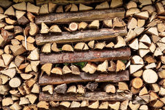 Gehacktes Holz in einem Stapel für die Heizung Lizenzfreies Stockfoto