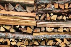 Gehacktes Holz in einem Stapel für Winter Stockbild