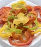 Gehacktes süßes pepperr auf der weißen Platte Stockfoto