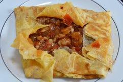 Gehacktes Schweinefleisch angefüllte Omelette auf Teller Lizenzfreies Stockbild