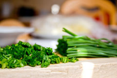Gehakt Bieslook op Broodplank in de Keuken Royalty-vrije Stock Foto