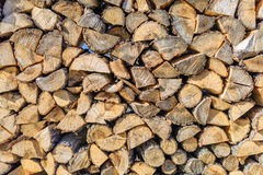 Gehakt bruin gestapeld brandhout, en klaar voor de winter Royalty-vrije Stock Afbeeldingen
