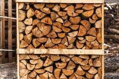 Gehakt die brandhout in dozen wordt gestapeld Stock Foto
