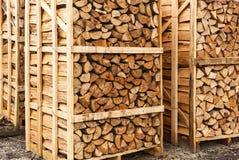 Gehakt die brandhout in dozen wordt gestapeld Stock Foto's
