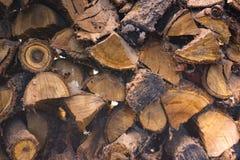 Gehakt die brandhout in woodpile voor huis het verwarmen wordt gestapeld Royalty-vrije Stock Foto's