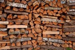 Gehakt en gestapeld berkbrandhout royalty-vrije stock foto's