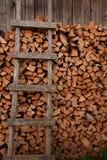 Gehakt en gestapeld berkbrandhout royalty-vrije stock afbeeldingen
