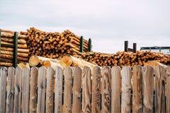 Gehakt houten, woodpile, brandhout - zaagmolen stock foto's