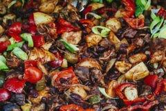 Gehakt met paprika, tomaten, ui, rode boon en g wordt gestoofd dat royalty-vrije stock foto