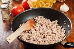 Gehakt met uien en knoflook in de pan wordt gebraden die Voorbereidingscannellonien Royalty-vrije Stock Fotografie