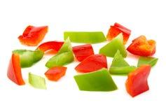 Gehakt rood en groene paprika op witte achtergrond Royalty-vrije Stock Afbeeldingen