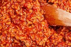 Gehakt in tomatensaus in de pan wordt gebraden die voorbereiding Royalty-vrije Stock Foto