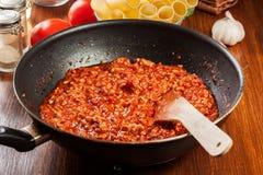 Gehakt in tomatensaus in de pan wordt gebraden die Voorbereidingscannellonien Royalty-vrije Stock Fotografie