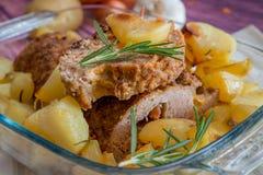 Gehaktbrood en aardappelen in de schil royalty-vrije stock afbeelding
