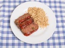 Gehaktbrood en Ongepelde rijst op Witte Plaat Royalty-vrije Stock Afbeelding