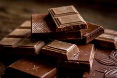 Gehakte chocoladestukken voor achtergrond van het dessert de donkere houten bureau Royalty-vrije Stock Fotografie