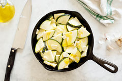 Gehakte Courgette of Courgette in Gietijzerpan Stock Foto