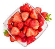 Gehakte die aardbeien op witte achtergrond worden geïsoleerd Royalty-vrije Stock Afbeeldingen