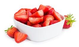 Gehakte die aardbeien op witte achtergrond worden geïsoleerd Stock Foto's
