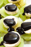 Gehakte die banaan op kiwi met chocoladesaus wordt gestapeld Royalty-vrije Stock Foto
