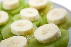 Gehakte die banaan op kiwi wordt gestapeld Stock Foto's