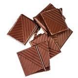 Gehakte die chocoladereep op witte achtergrond wordt geïsoleerd Donkere chocola Stock Afbeeldingen