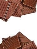Gehakte die chocoladereep op witte achtergrond wordt geïsoleerd Donkere chocola Royalty-vrije Stock Fotografie