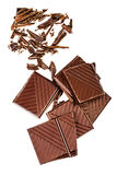 Gehakte die chocoladereep op witte achtergrond wordt geïsoleerd Donkere chocola Stock Fotografie