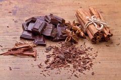 Gehakte donkere chocolade met cacao royalty-vrije stock afbeeldingen