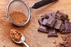 Gehakte donkere chocolade met cacao royalty-vrije stock afbeelding