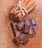 Gehakte donkere chocolade met cacao stock fotografie