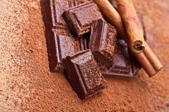 Gehakte donkere chocolade met cacao stock foto's