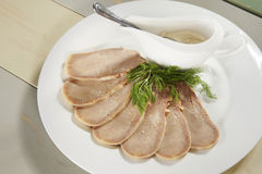 Gehakte gekookte rundvleestong op een plaat royalty-vrije stock foto