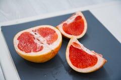 Gehakte Grapefruits selectieve nadruk op een uitstekende achtergrond als gedetailleerd close-upschot royalty-vrije stock foto