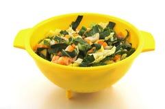 Gehakte groenten in kom stock afbeelding