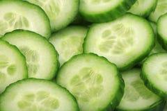 Gehakte komkommer op plakken Stock Afbeeldingen