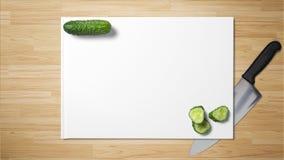 Gehakte komkommerplakken met scherp mes op Witboek op houten achtergrond royalty-vrije stock afbeeldingen