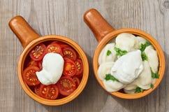 Gehakte tomaten en bollen met zure room Royalty-vrije Stock Afbeelding