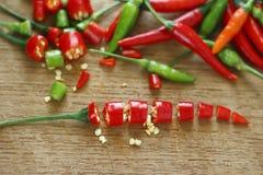 Gehakte verse rode en groene Spaanse pepers op houten hakkend blok Stock Afbeelding